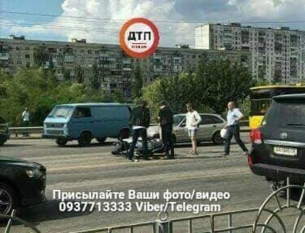 У Києві біля ринку аварія: зіткнулися два авто й мотоцикл. ФОТО