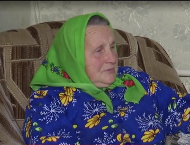 На Волині 87-річна бабуся в'яже шкарпетки солдатам