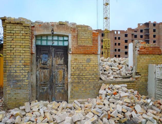 У  Луцьку зруйнували військову баню 19-го століття. У мерії кажуть: не встигли захистити