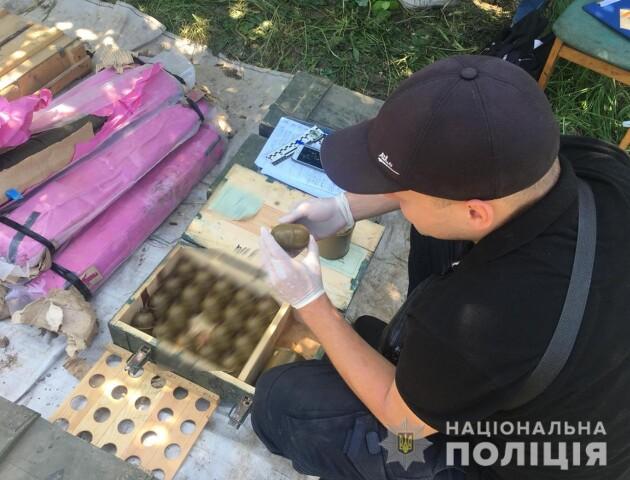 «Війну» закопав у саду. На Рівненщині у селянина знайшли один з найбільших схронів зброї