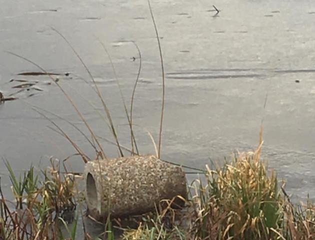 У Ковелі вандали скинули у річку смітники. ФОТО