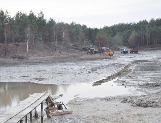 Докачують воду і розчищають мул: селяни на Волині рятують озеро