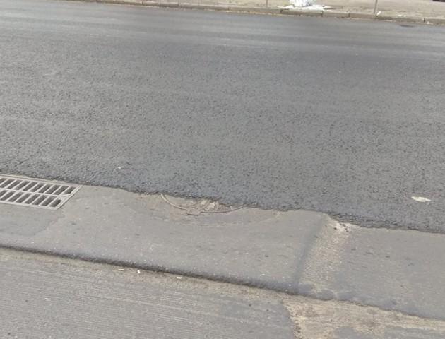 У Луцьку дорожники заасфальтували каналізаційний люк. ФОТО
