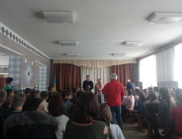 У копачівську школу нагрянули Матвієнко і Мірзоян. Винник передав мандаринів