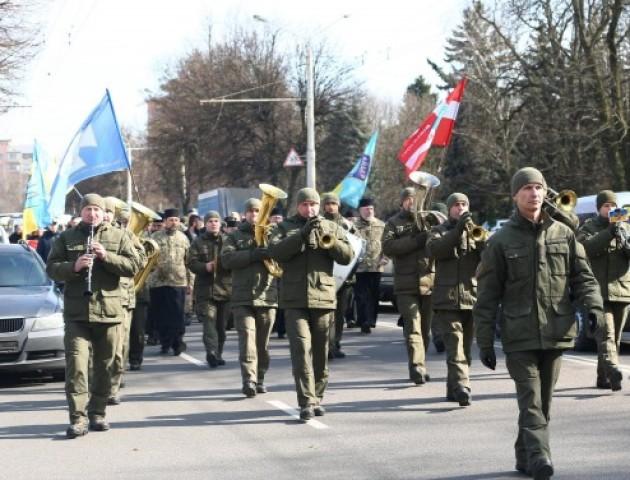 Квіти, громадська хода і молитви: як у Луцьку вшанували добровольців. ФОТО