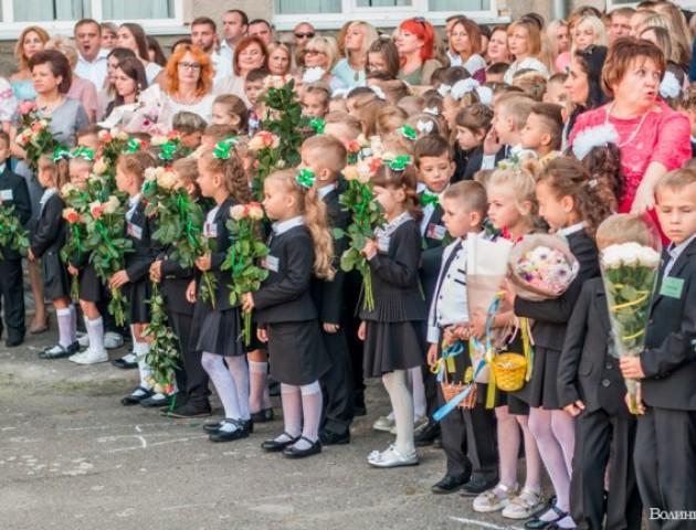 З квітами у руках та кульками в небо: як луцькій школі №9 святкували День знань. ФОТО