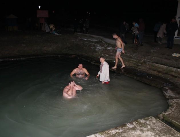 Ще з ночі волиняни купаються у крижаній воді. ФОТО