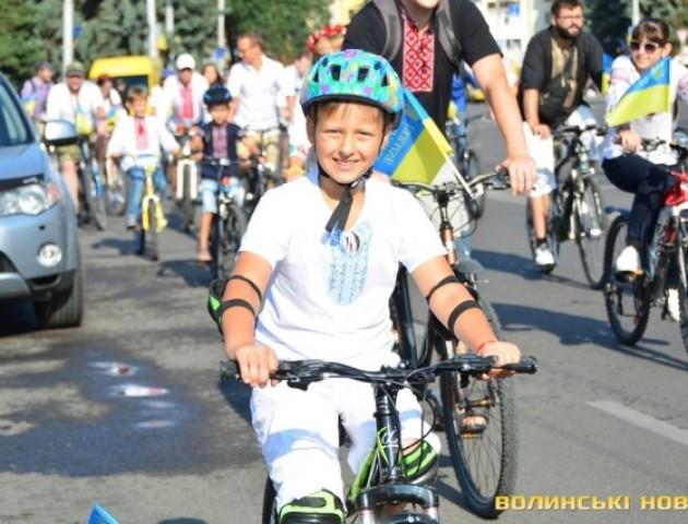 У Луцьку стартував велопробіг у вишиванках. ФОТО