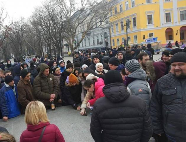 В Одесі сотні людей прийшли на проплачений мітинг за неіснуючого кандидата у президенти. ВІДЕО