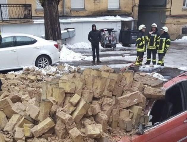 У центрі Києва стіна впала на припарковані автомобілі