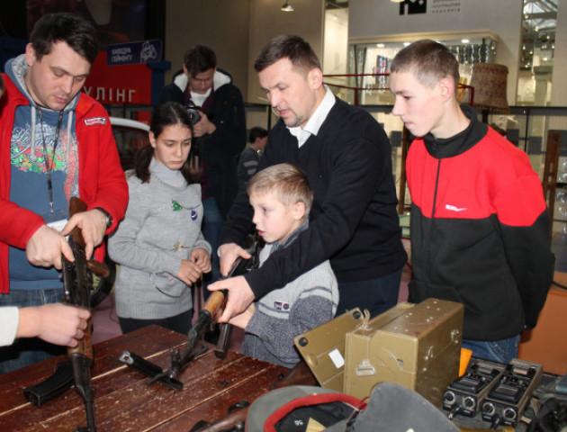 Флешмоб «спілкуйся нарівні»: особливі діти побували на екскурсії в луцькому «Робологікумі». ВІДЕО