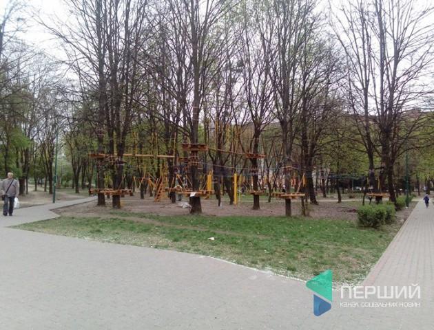 У луцькому парку біля РАЦСу облаштували канатну дорогу. ФОТО