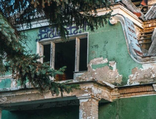 У Луцьку не можуть знайти власника історичної будівлі. Вона руйнується