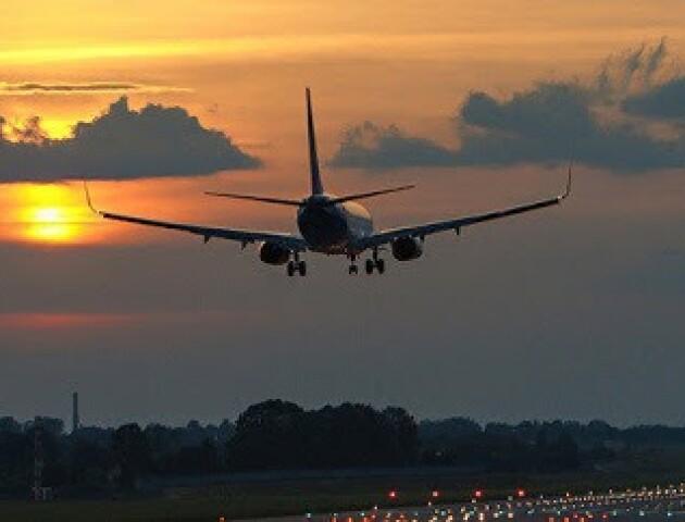 Через новий штам коронавірусу Польща призупиняє авіасполучення із Британією