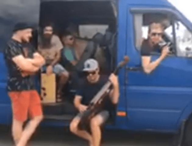 Український гурт, який застряг у черзі на «Ягодині», влаштував імпровізований концерт. ВІДЕО
