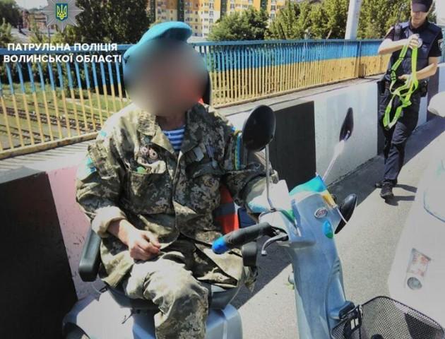 Лучанин на візку не міг добратися додому – допомагали патрульні