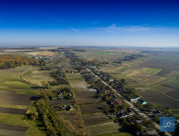Осінні пейзажі: селище на Волині показали з висоти пташиного польоту. ВІДЕО