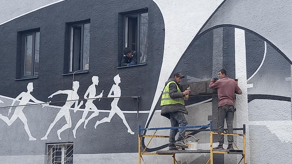 У центрі Луцька зіпсували «живий» мурал, щоб укріпити стіну