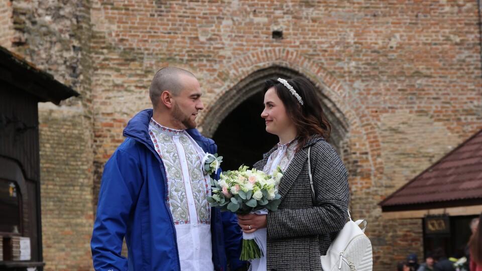 «Життя і любов перемагають». У Луцькому замку одружилася пара військових із 14 бригади