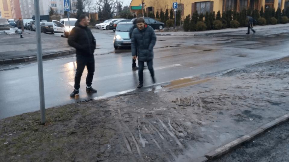 У Луцьку на вулиці Кравчука просять облаштувати перехід