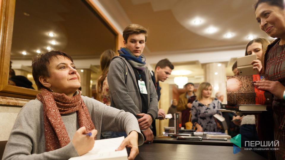 «Больная дєвочка», «стегнастий пам'ятник» і Тимошенко. Репортаж із виступу Оксани Забужко в Луцьку
