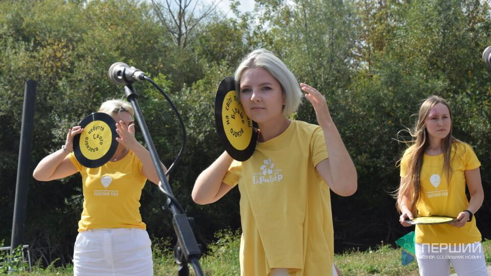 Вистави надворі й на даху. У Луцьку стартував театральний фестиваль «Мандрівний вішак»