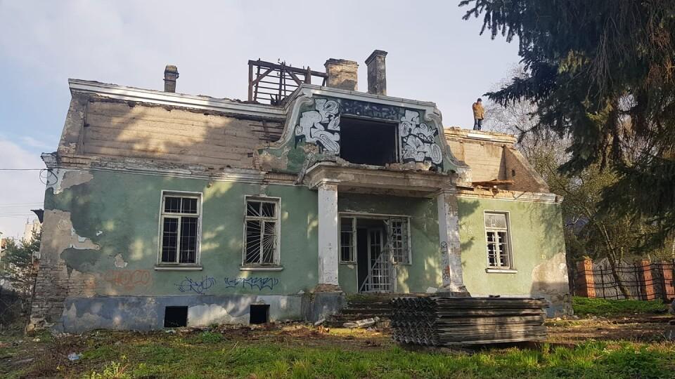 У Луцьку на вулиці Ярощука почали зносити старовинну віллу