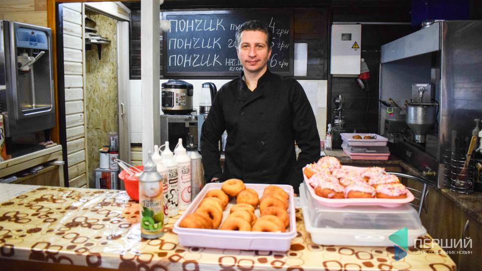 Майже як світязькі: колишній поліцейський торгує в Луцьку пончиками