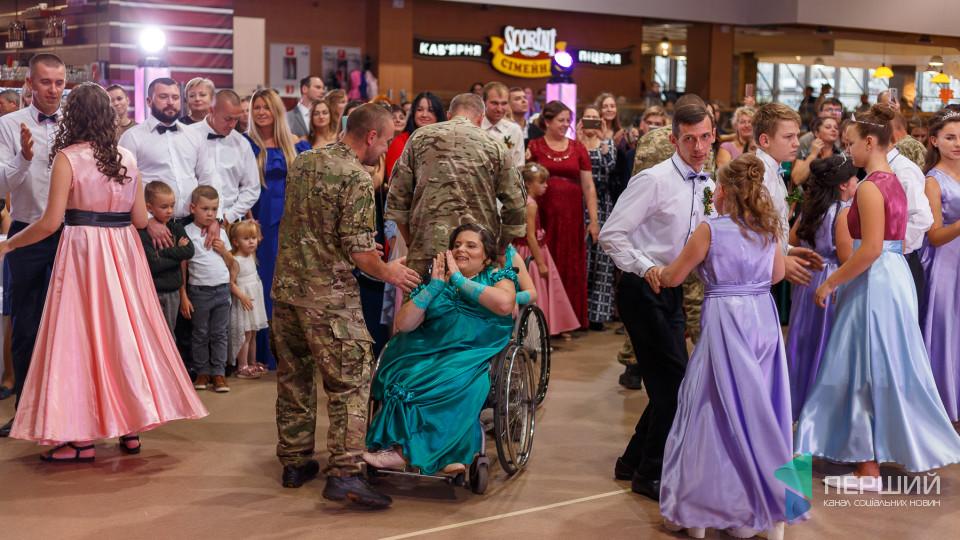 «Мої пацани танцюють»: як пройшов осінній бал для особливих. ФОТОРЕПОРТАЖ