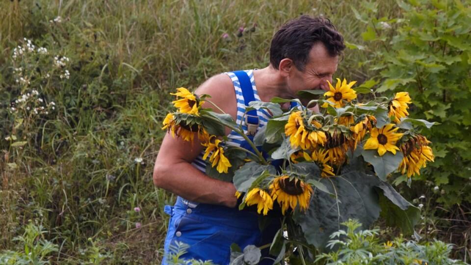 Ukraїner зняв відео про лучанина Василя Рижука, який заквітчує дороги