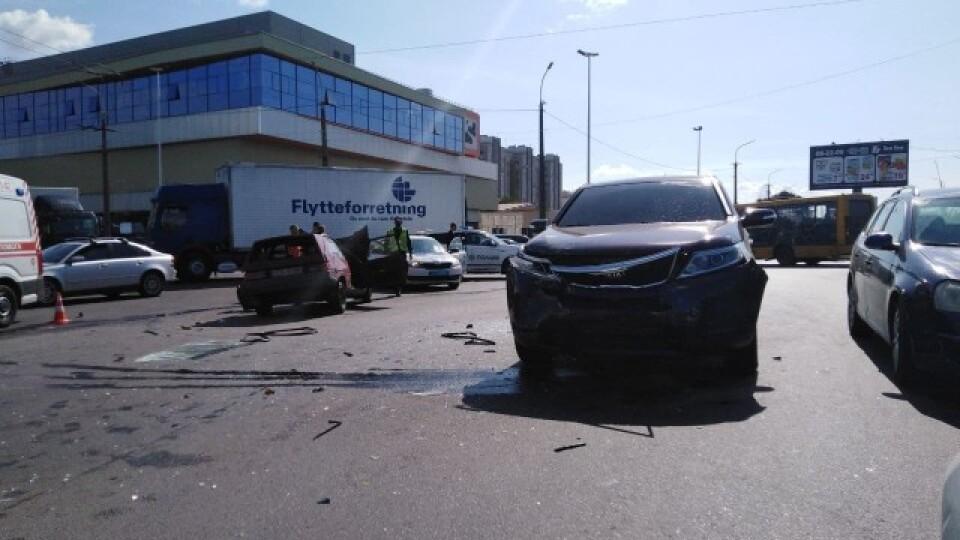 Опублікували відео зіткнення двох автівок поблизу «Там-Таму»