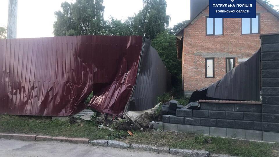 Водійка тролейбуса, яка у Луцьку напідпитку врізалася у паркан, відшкодувала збитки