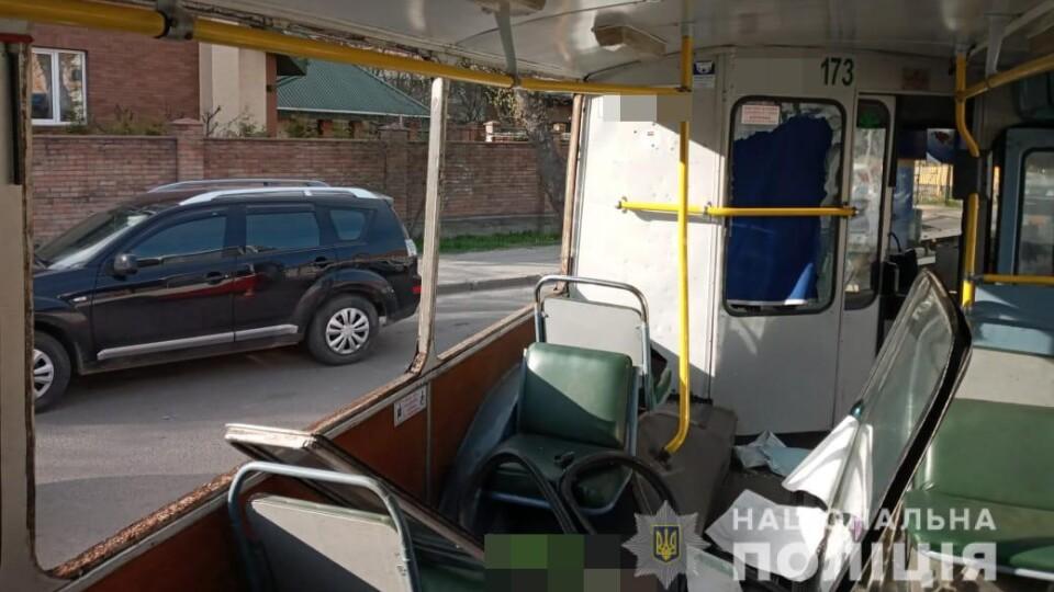 У Луцьку п'яний чоловік повибивав вікна у тролейбусі