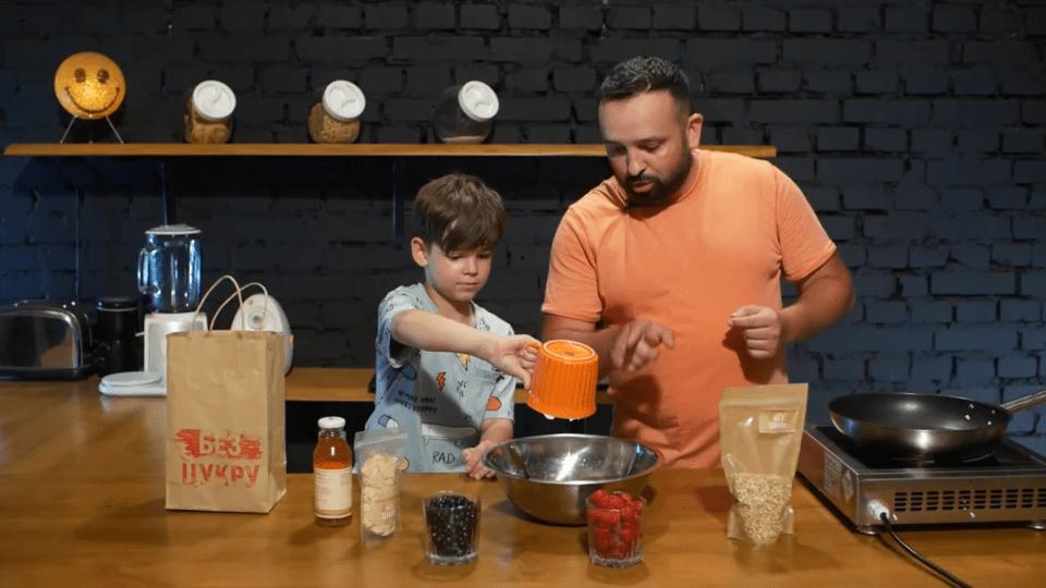 Блогер з Луцька поділився рецертом каші на сніданок без цукру. Відео