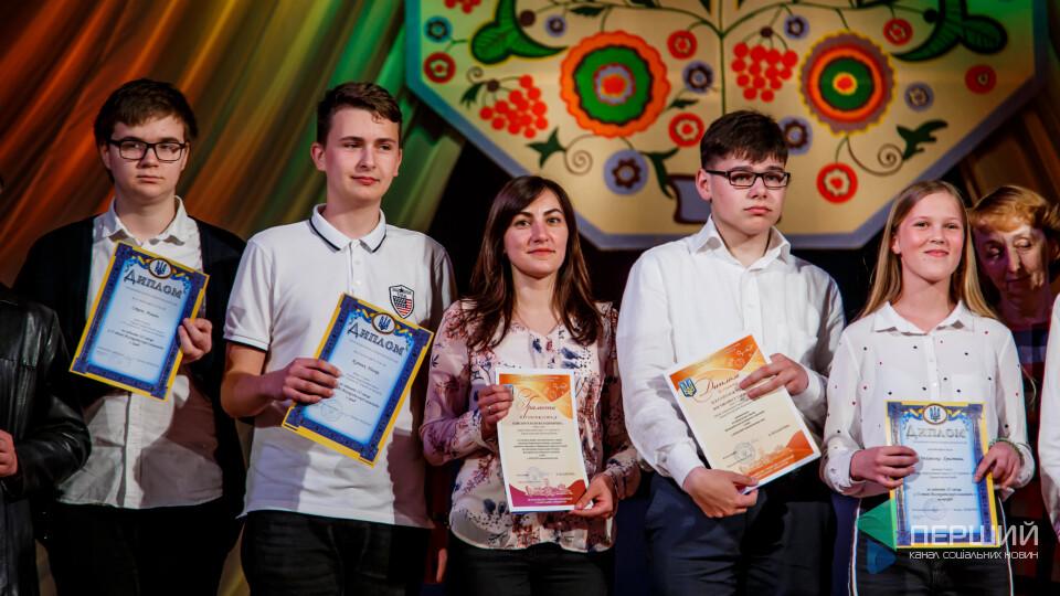 Луцька школа № 1 відзначила кращих учнів. Фоторепортаж зі свята