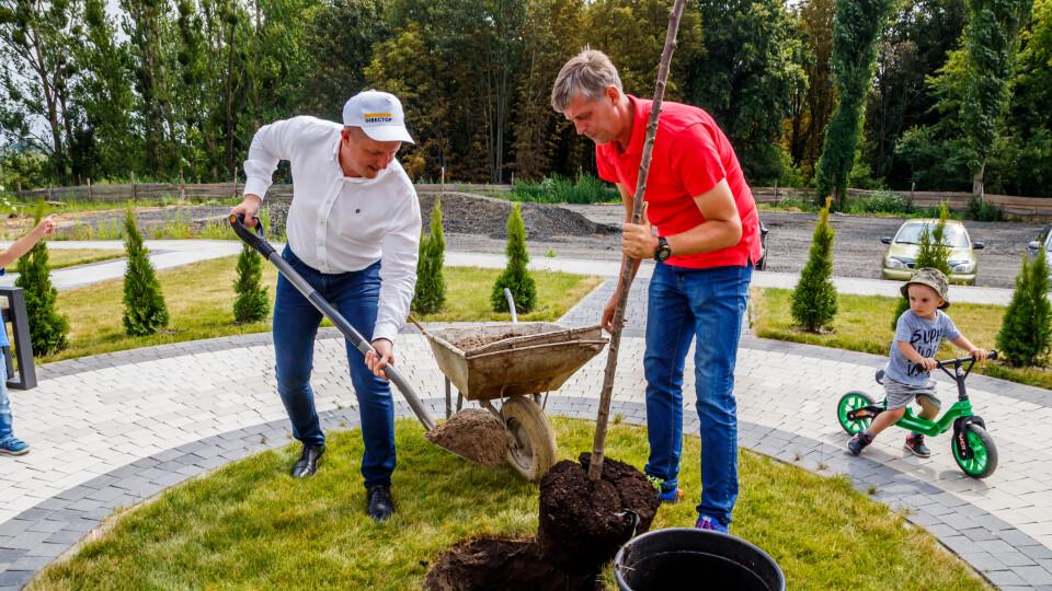 «Моє дерево ростиме разом з сином». Біля «Супернови» – екологічна акція