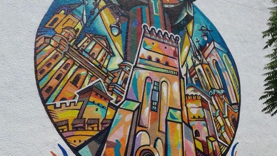 У Луцьку відновлюють мурал Святого Миколая. Фото