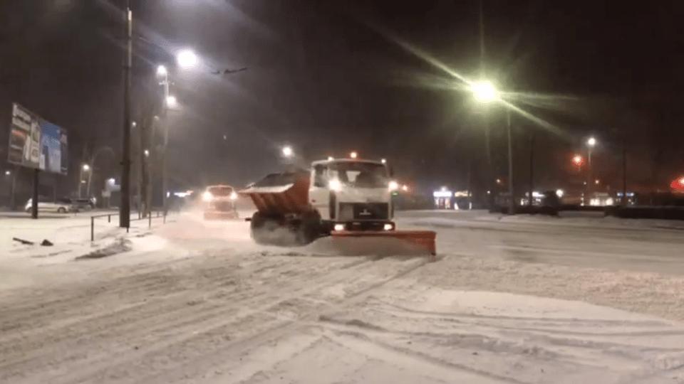 Як у Луцькій громаді вночі чистили дороги від снігу