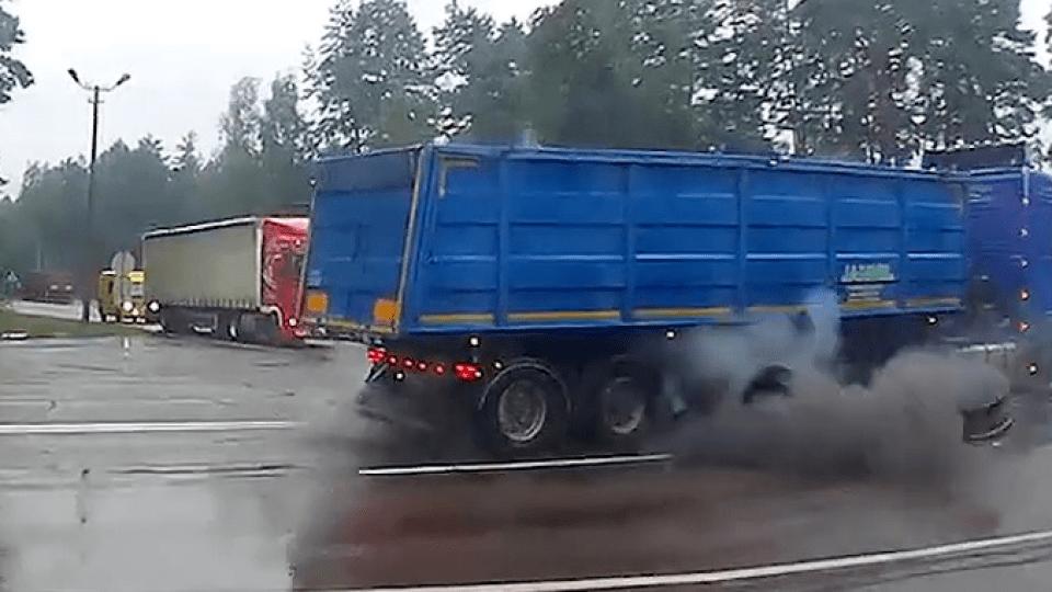 На Волині у вантажівки вибухнуло колесо. Відео