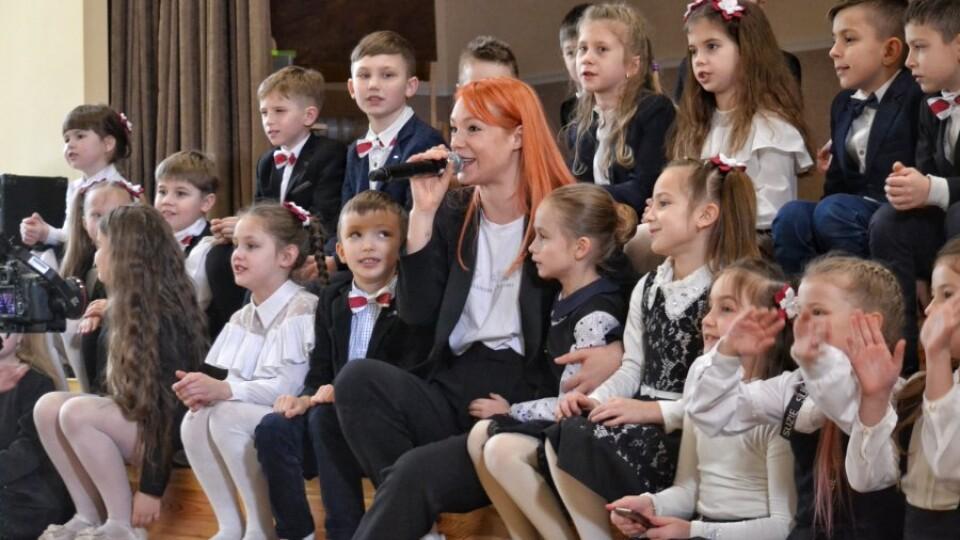 Пісні, танці і селфі із зіркою. До луцьких школярів приїжджала співачка Світлана Тарабарова
