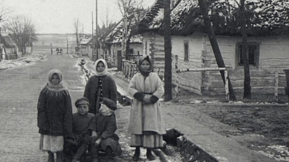 Спрацьовані руки та перешитий одяг: маленькі волиняни на світлинах 100-літньої давності. ЗГАДАТИ ВСЕ