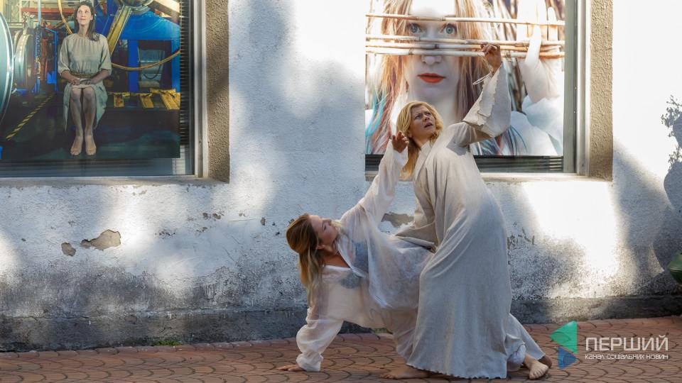 У Луцьку – оригінальна виставка фотокартину вікнах і рамах. ФОТО