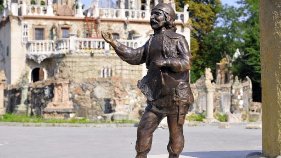 Крадіжки кликунів: лучанин зареєстрував петицію про відеокамери біля скульптур