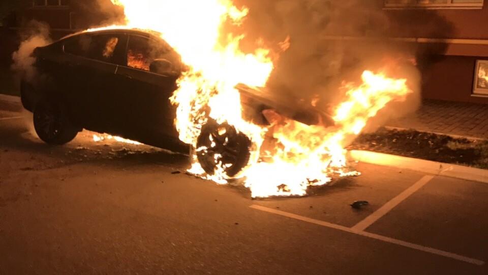 У Луцьку вночі згоріло авто. Відео