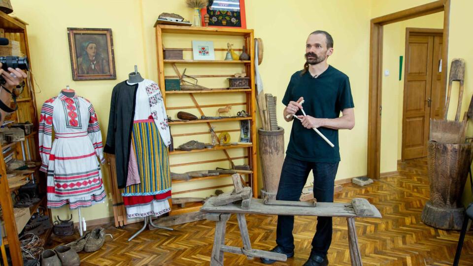 Волинянин виготовляє старовинні дерев'яні іграшки у маленькій майстерні в гаражі