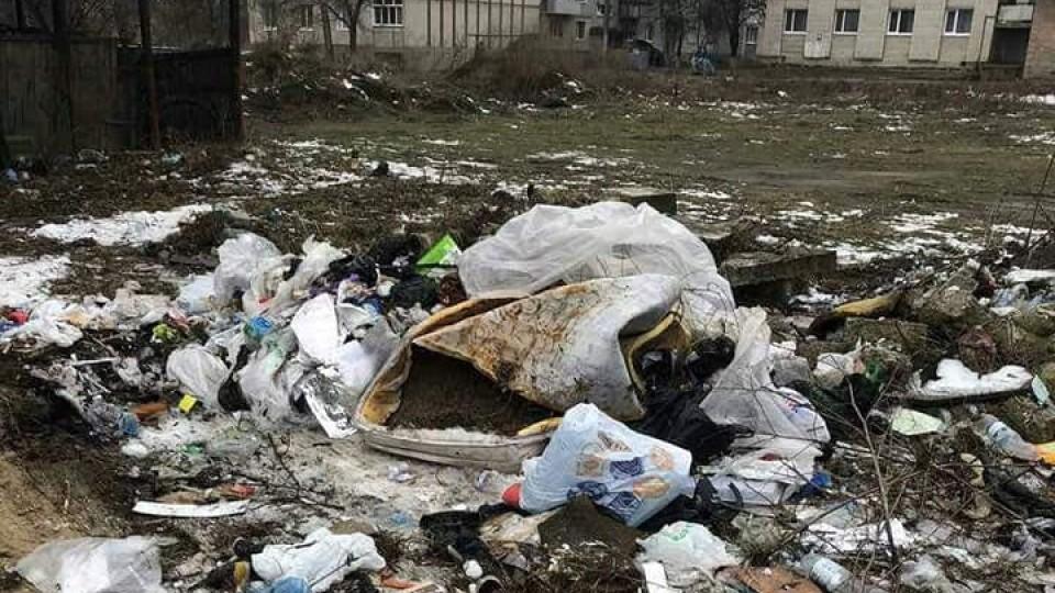 У Луцьку на проспекті Соборності прибрали стихійне сміттєзвалище. ФОТО