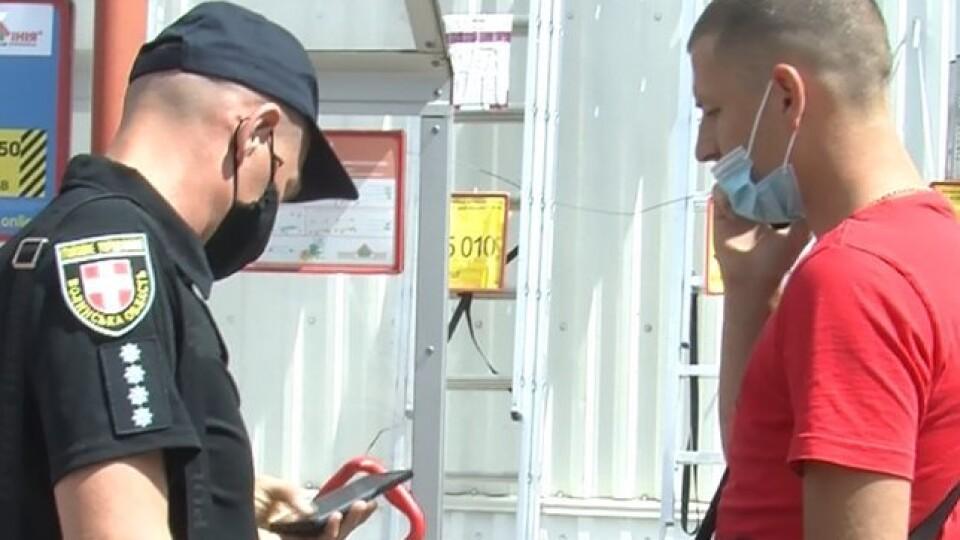 У Луцьку в гіпермаркеті патрульні склали на чоловіка протокол, бо він неправильно одягнув маску