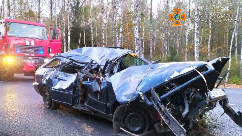 Пасажира вирізали рятувальники: на Волині авто злетіло у кювет