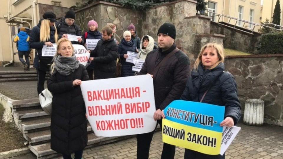 У Луцьку батьки дітей без щеплень прийшли мітингувати під міську раду. ФОТО