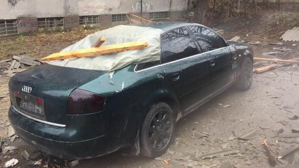 Наслідки негоди в Луцьку: дах злетів і впав на машину. ФОТО